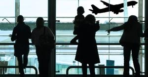 midia-indoor-internacional-cotidiano-aeroporto-embarque-linha-aerea-aviao-aviacao-voo-viagem-turismo-passageiro-fila-atraso-decolagem-terminal-transporte-aeronave-ferias-espera-1269976827405_956x500